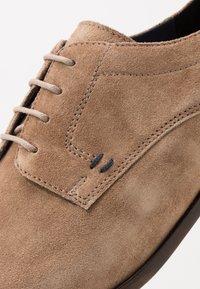 Pier One - Elegantní šněrovací boty - sand - 5