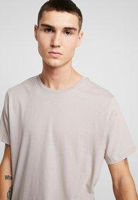 Topman - 3 PACK - Basic T-shirt - beige/khaki/black - 4