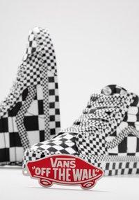 Vans - SK8 - Korkeavartiset tennarit - black/true white - 5