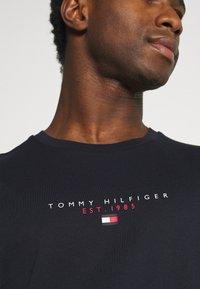 Tommy Hilfiger - ESSENTIAL - T-shirt med print - desert sky - 5