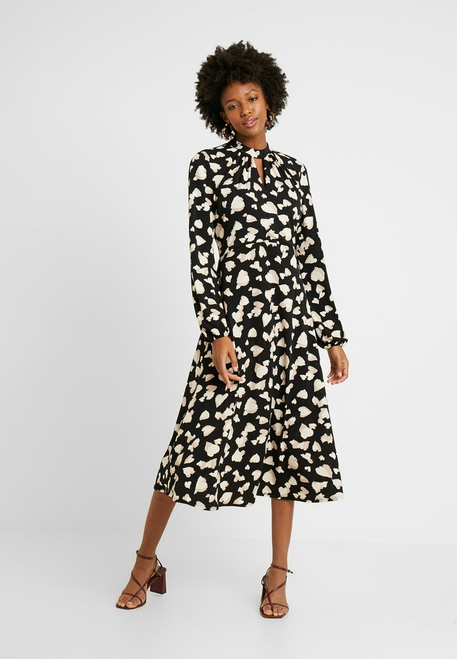 GRAPHIC HEART MIDI DRESS - Jerseykjole - black/neutral