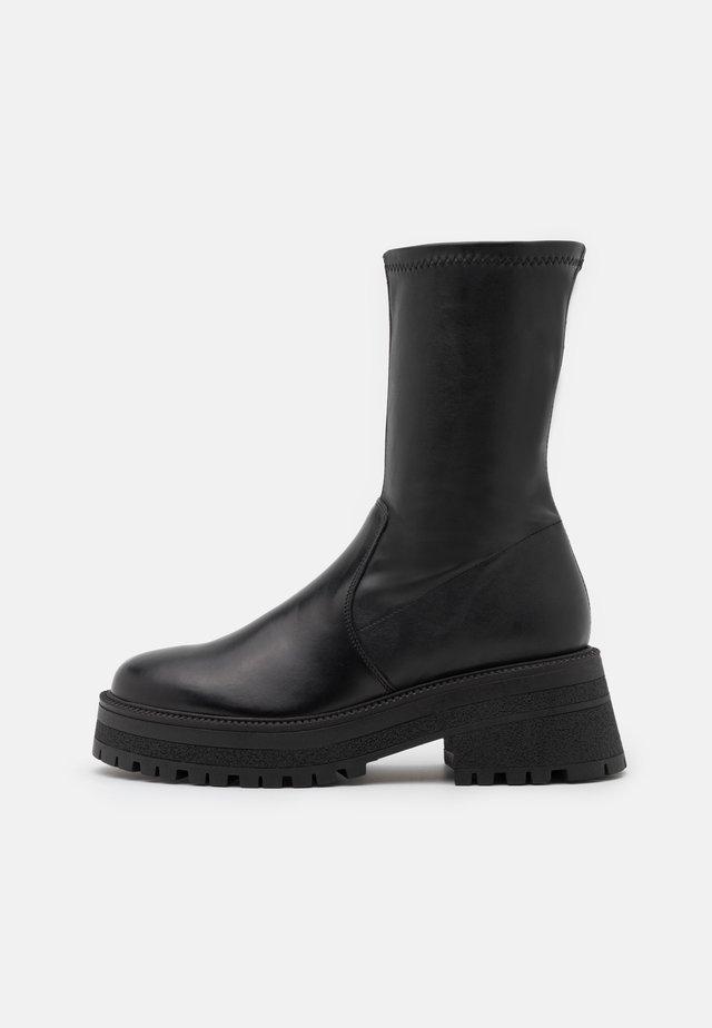 AYLA CHUNKY SOCK BOOT - Kozačky na platformě - black