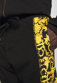 Versace Jeans Couture - PRINT LOGO BAROQUE - Teplákové kalhoty - black - 4
