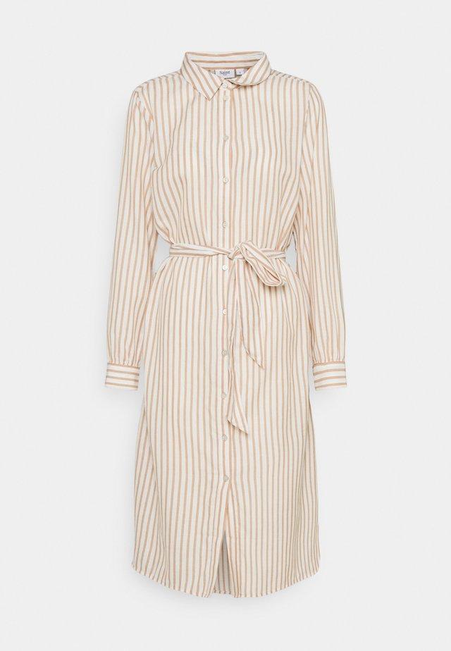 AUGUSTA DRESS - Košilové šaty - praline