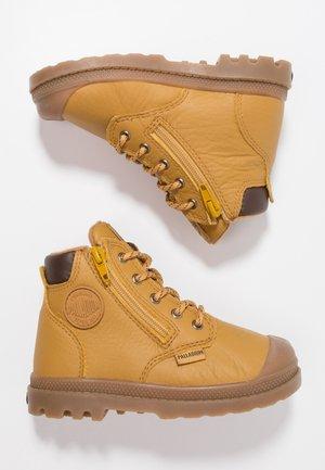 PAMPA HI CUFF WP - Šněrovací kotníkové boty - amber gold
