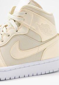 Jordan - AIR 1 MID SE - Sneakers high - fossil/white - 2