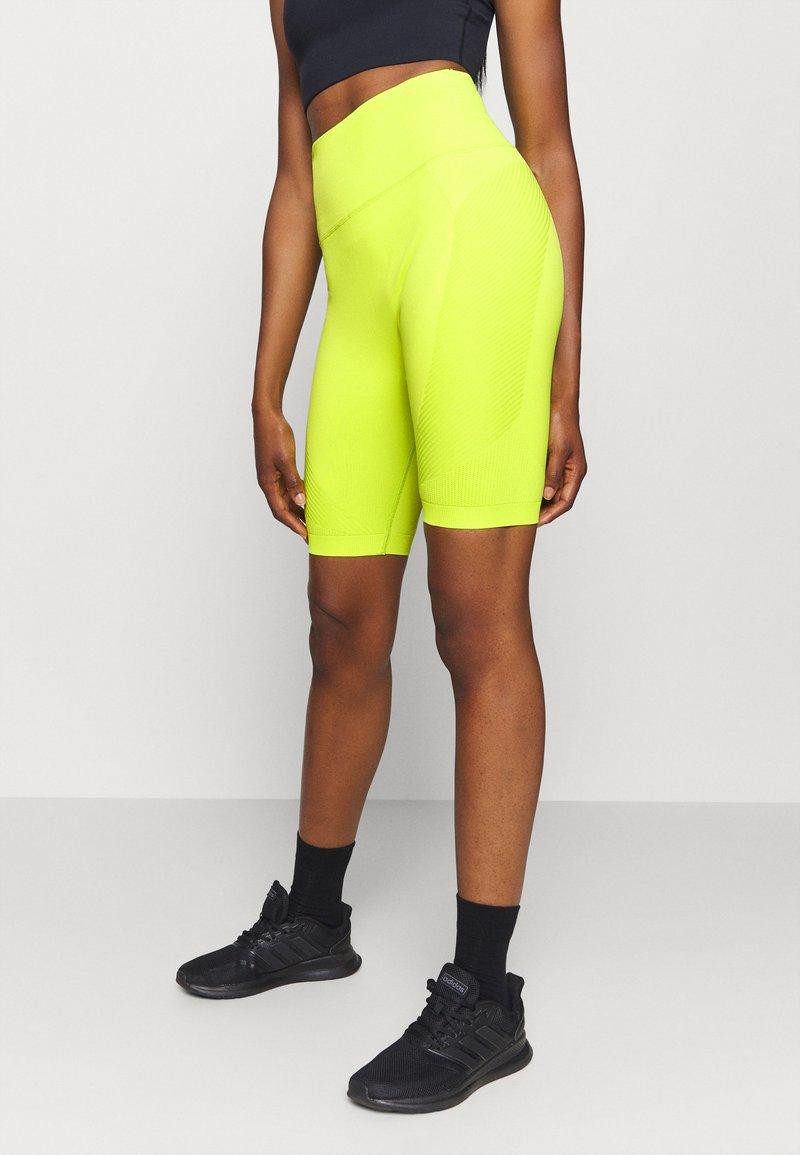 Sweaty Betty - SPIN SEAMLESS LONGLINE WORKOUT SHORT - Medias - lime punch green