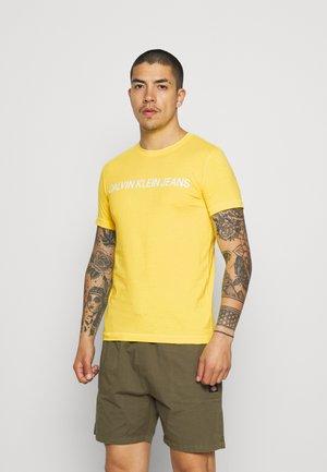 INSTITUTIONAL LOGO SLIM TEE - T-shirt print - yellow