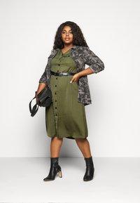 Dorothy Perkins Curve - SHIRT DRESS - Hverdagskjoler - khaki - 1