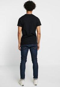 Pepe Jeans - EGGO REGULAR FIT - T-shirt z nadrukiem - black - 2