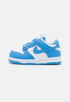 DUNK UNISEX - Sneaker low - white/university blue