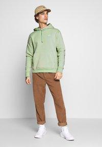 Nike Sportswear - CLUB HOODIE - Luvtröja - pistachio frost - 1