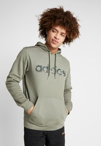 adidas Performance - CAMO ESSENTIALS LINEAR SPORT HODDIE SWEAT - Felpa con cappuccio - green - 0