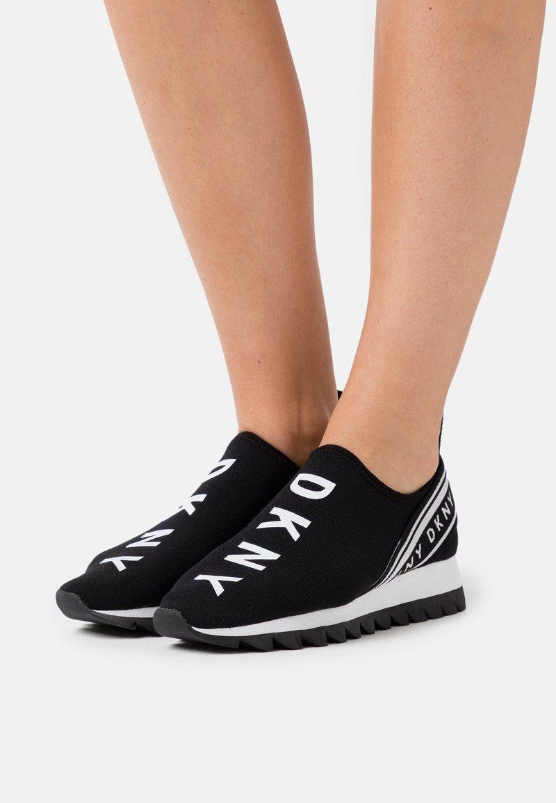 DKNY - ABBI RUNNER - Nazouvací boty - black