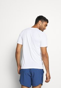 Nike Performance - LEG TEE - Print T-shirt - white - 2