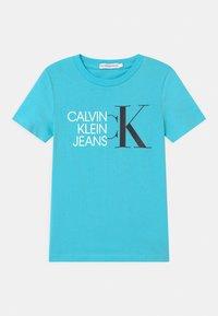 Calvin Klein Jeans - HYBRID LOGO FITTED - Triko spotiskem - blue - 0