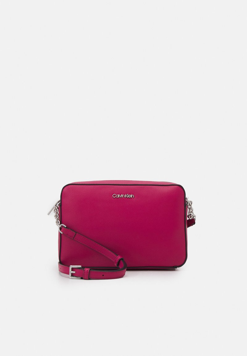 Calvin Klein - CAMERA BAG - Sac bandoulière - cerise