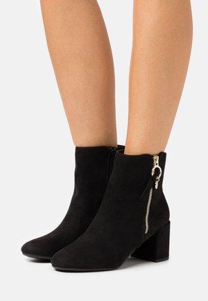 ADALINE BLOCK HEEL ZIP BOOTIE - Kotníkové boty - black