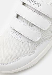 Kappa - FOLLOW UNISEX - Obuwie treningowe - white/grey - 5