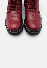 Tamaris - BOOTS - Enkellaarsjes met plateauzool - red - 5