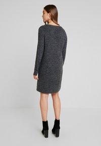 Vila - VIVIKKA  - Pletené šaty - dark grey melange - 2