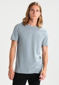 AllSaints - BRACE TONIC CREW - Basic T-shirt - chrome blue - 0
