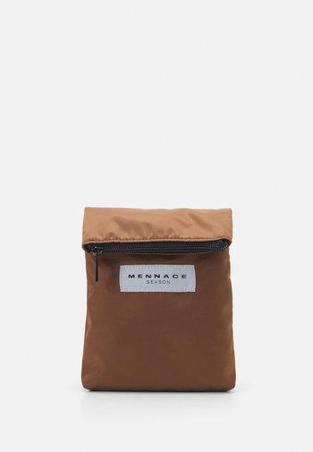 HEAVY CLIP BODY POUCH BAG UNISEX - Bum bag - tan