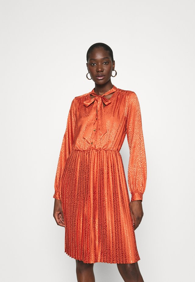 CLOSET TIE NECK PLEATED DRESS - Shirt dress - rust