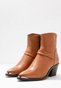 Vero Moda - VMKENA BOOT - Cowboystøvletter - cognac - 4