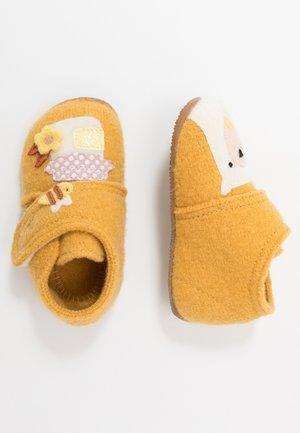 BABYKLETT MIT BÄR UND HONIGTOPF - Slippers - citrus