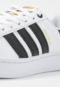 adidas Originals - SUPERSTAR BOLD - Sneakers laag - footwear white/clear black/gold metallic - 2