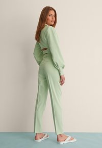 NA-KD - STRAIGHT SUIT PANTS - Trousers - dusty green - 3