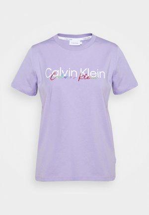 PRIDE REGULAR FIT CORE LOGO TEE - Print T-shirt - palma lilac