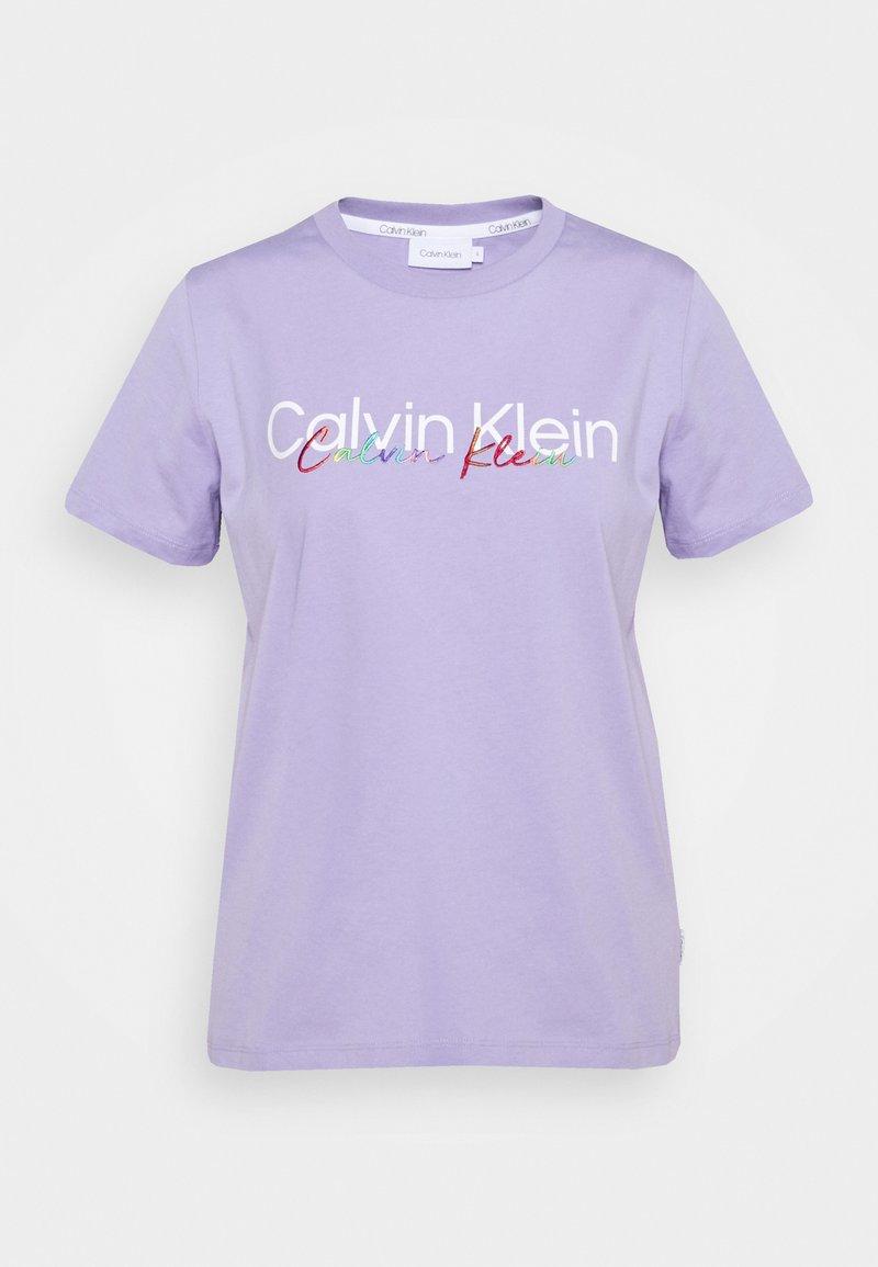 Calvin Klein - PRIDE REGULAR FIT CORE LOGO TEE - Print T-shirt - palma lilac