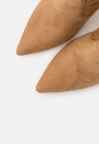 Steve Madden - DOMINIQUE - Bottes à talons hauts - brown - 5