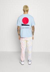 Tommy Jeans - THE WORLD UNISEX - Pantalon de survêtement - tie dye - 2