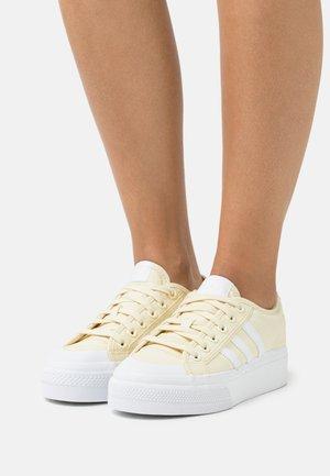 NIZZA PLATFORM - Matalavartiset tennarit - super color/footwear white