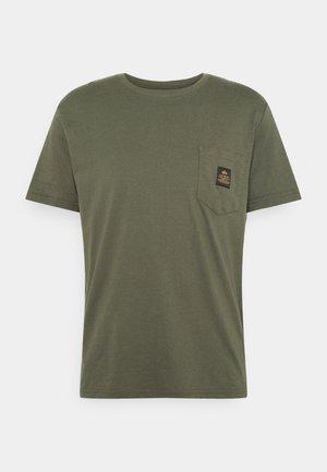 ALPHA POCKET  - Print T-shirt - dark olive