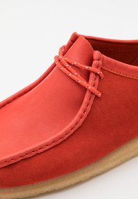 Clarks Originals - WALLABEE - Chaussures à lacets - red - 5