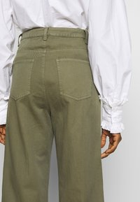 Neuw - MAGAZINE PANT - Trousers - military - 3