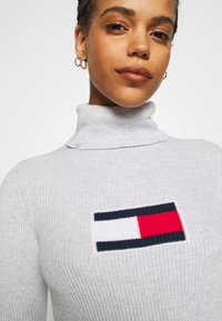 Tommy Jeans - FLAG ROLL NECK - Jumper - silver grey - 5