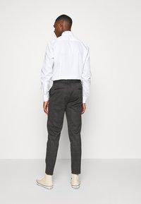 Lindbergh - CHECKED PANTS - Kalhoty - grey / check - 2