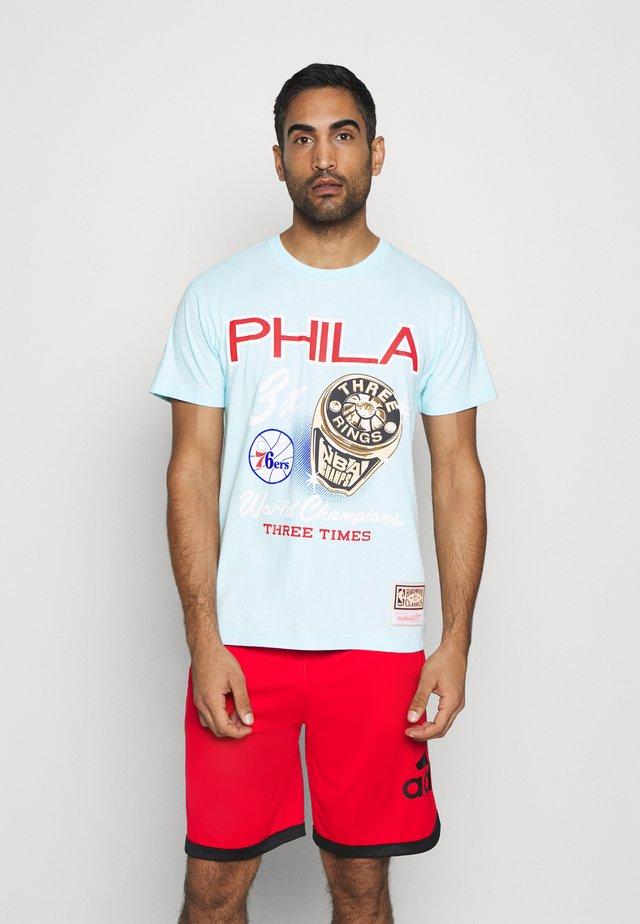 NBA PHILADELPHIA 76ERS RINGS TEE - Klubové oblečení - light blue
