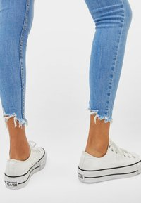 Bershka - LOW WAIST - Jeans Skinny Fit - blue - 3