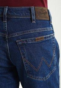Wrangler - REGULAR FIT - Jeans Straight Leg - darkstone - 4