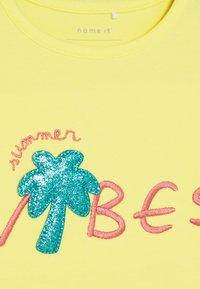 Name it - NMFHAPINA BOX - T-shirt imprimé - limelight - 3