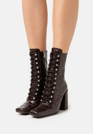 High heeled boots - testa old