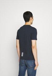 EA7 Emporio Armani - V NECK - Print T-shirt - blu notte - 2