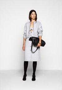 Proenza Schouler White Label - LIGHTWEIGHT KNOTTED TOP DRESS - Pouzdrové šaty - grey - 1