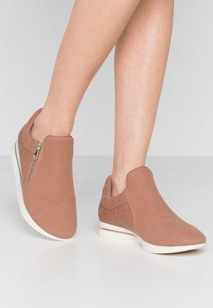 SINISE - Sneakers laag - dark beige